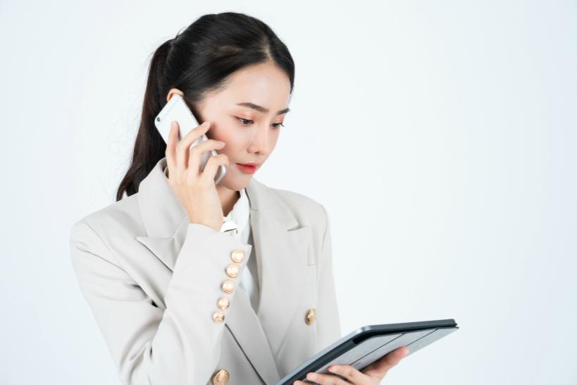 女性が退職代行業者に電話をしているイメージ写真