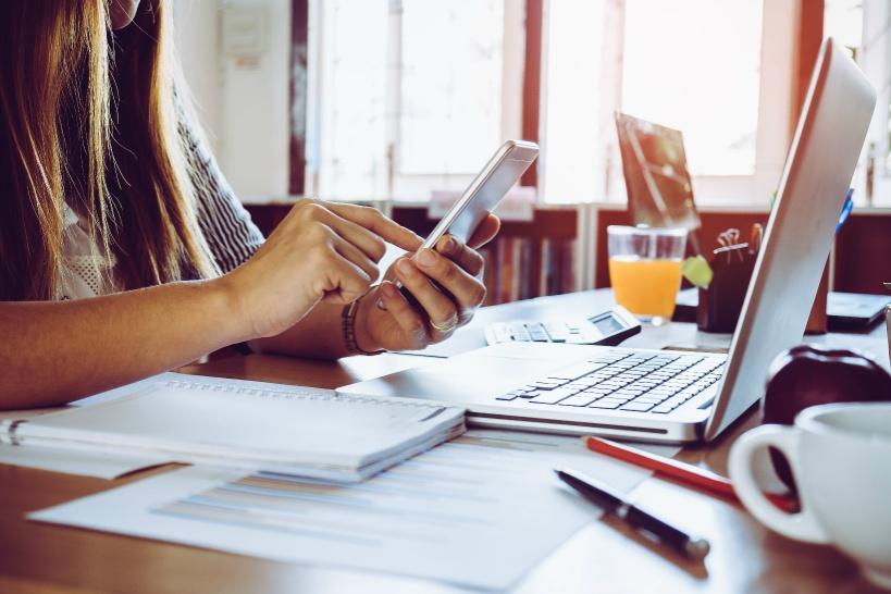 会社の役員レベルの人にメールや内線で連絡する