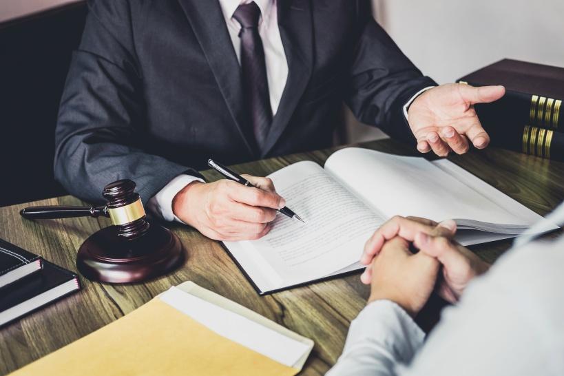 退職金や残業代を請求したい場合は弁護士に退職代行を依頼しよう