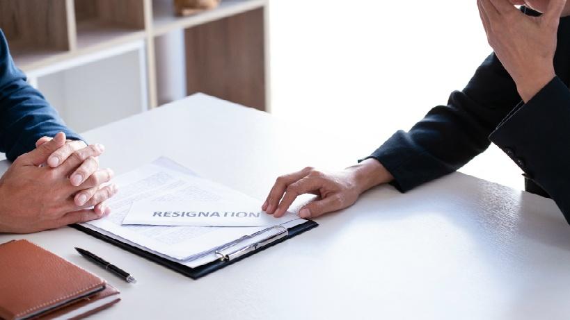 退職届を提出するビジネスマン