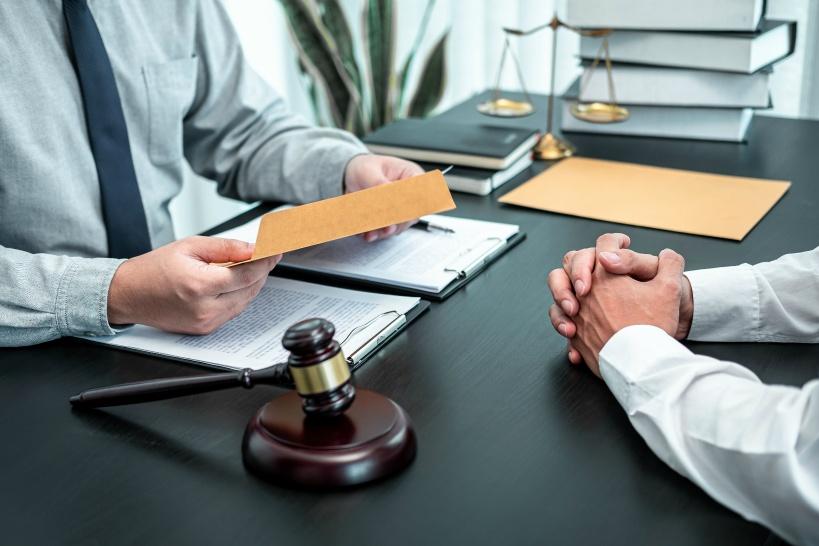 弁護士に相談する男性