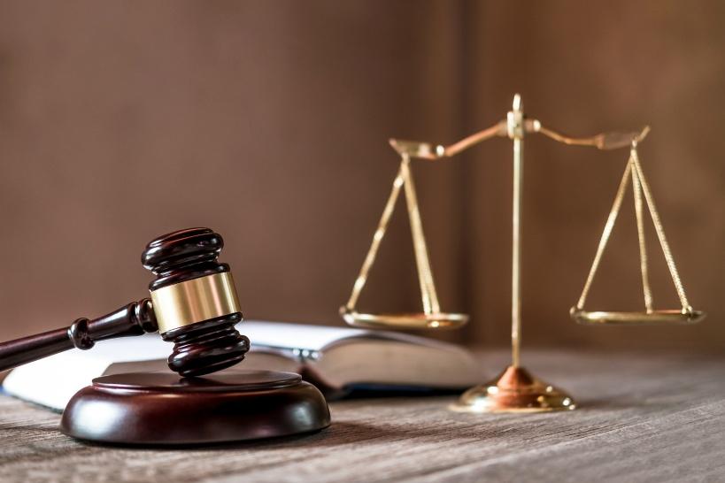 民間業者と弁護士はどちらに依頼すべき?