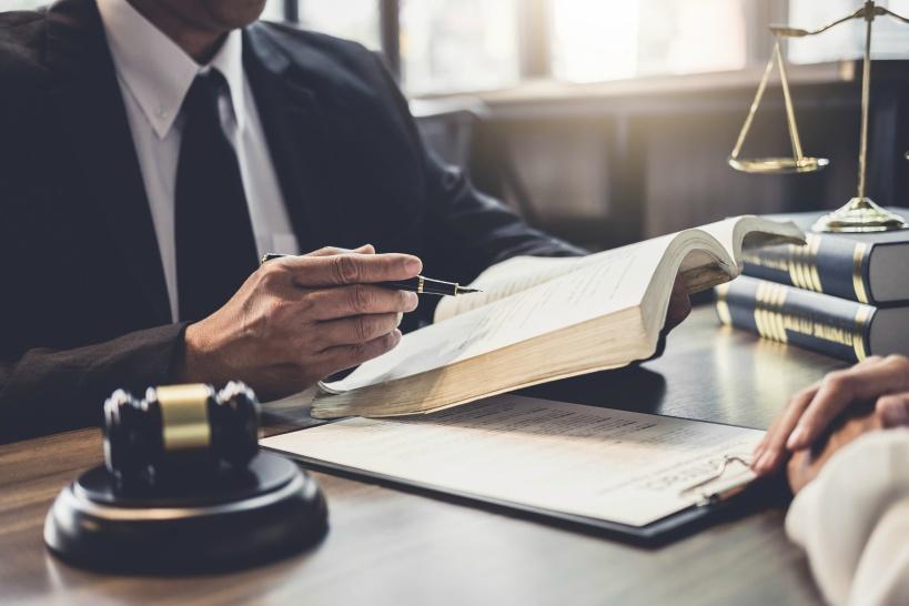 退職理由に法律を盾にとるなら弁護士に相談しよう